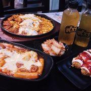 Combo 3 người gồm 3 món: gimbab, topokki và gà cay phô mai. Đĩa gà cay có gà cay, ngô, topokki, thịt và hành. Đĩa topokki có topokki, chả viên và trứng cút. Gimbab cx bình thường
