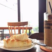 Bánh mì que và cafe sữa đá