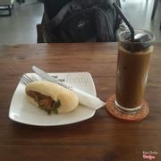 Cà phê sữa đá + Bánh mì gà rôti