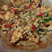 Đây là món cá kho tộ ăn với cơm cháy râu luột đặt sản của quán.
