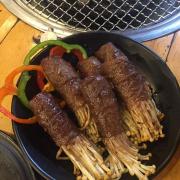 bò cuộn nấm kim châm