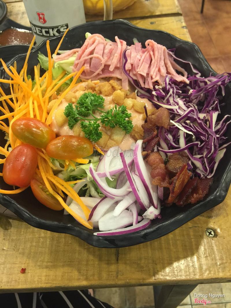 đây là đĩa salad 99k :) mắc nhưng ngon, chấp nhận