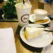 Ngon ngon :))) Giữa khuya lết ra đây ngồi làm bài tập là okie lắm nè. Không gian thoải mái, phong cách vintage, món bánh và nước uống okie :)))