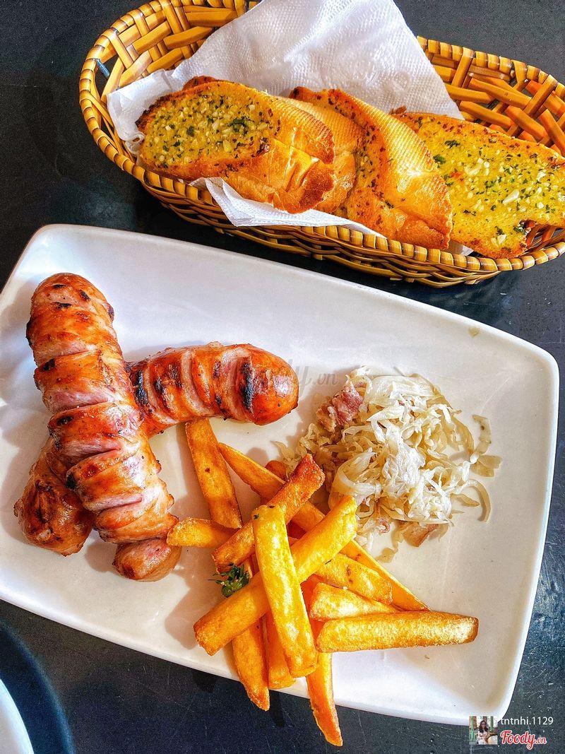 Xúc xích và khoai tây chiên + bánh mì bơ tỏi