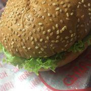 Burger rất ngon, hình thức nhìn cũng đẹp. Vỏ bánh nhiều mè okay.
