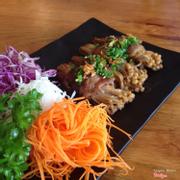 Bò cuộn nấm kim châm với sốt