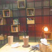 Tầng 2. Sách khá ít và không phong phú