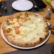 Pizza chia nửa ăn rất thú vị