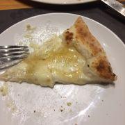 Pizza phô mai 4 vị rưới mật ong cực kỳ ngonnn