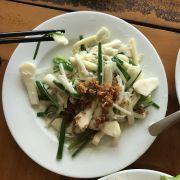 Bồn bồn (theo m ăn thì giống măng muối chua ngoài Bắc) xào tỏi