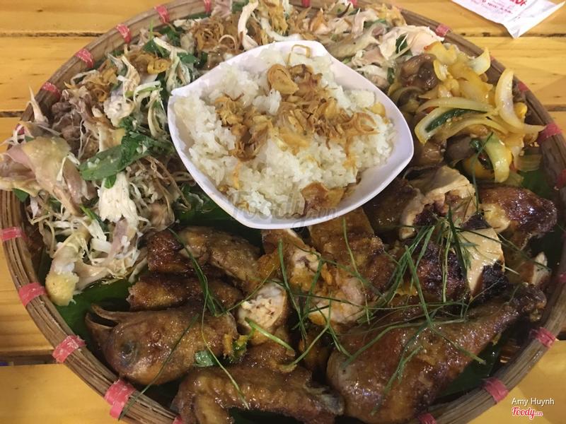 Đây là phần gà lên mâm (1 con gà làm thành nhiu đó món): gỏi gà, gà nướng, lòng gà xào và xôi ^^. Ngon!