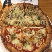 Pizza nhân mực + bạch tuộc