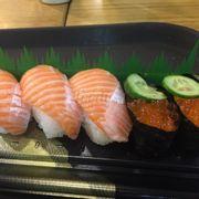 Hộp sushi cá hồi