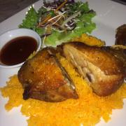 Cơm gà terrace, nội cái đùi gà không là no rồi ý, cơm gà được chiên bằng nước gà nên có màu vàng, sốt chấm hơi cay một tí nhé một người ăn phần này là no căng bụng đi không nổi luôn ý