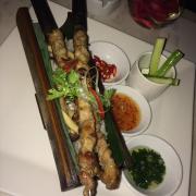 Cơm thịt xiêng nướng ống tre nổi tiếng hơi dầu mỡ nhưng thịt ướp ngon, cơm không phải là cơm thường mà có cảm giác như cơm được chiên sơ qua ý nói chung ăn lạ miệng ngon lắm