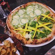 "Pizza nửa ""Zucchini Basil Sauce"" nửa ""Four Flours"""