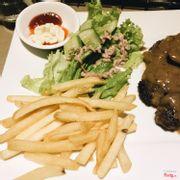 Đồ ăn kèm là salad + khoai tây chiên