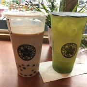 """Bên trái là TS trân châu hoàng gia 0 đá của chi nhánh Nguyễn Tri Phương, mức trà còn thấp hơn cả cái vạch kia >""""< Bên phải là Trà xanh kiwi collagen 70% đá"""