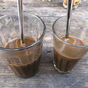 Cà phê sữa nóng. Rất thơm. Ly này là mình gọi size lớn ( trái 20k , phải 15k ). Ly cơ bản 10k