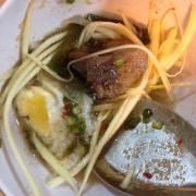 Cận cảnh chén mình nha. Trứng cút so yummy, béo béo đã. Miếng cá trong n cá kho cũng thấm lắm) . Mix thêm vài miếng xoài chua chua ăn đã miệng