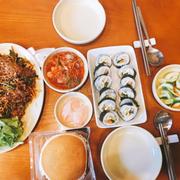 Kimbap và miến trộn cực đầy đặn nha :>
