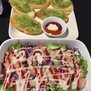 Salad cá ngừ va bánh mì bơ tỏi