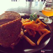 Reuben sandwich (gọi cỡ nhỏ thôi là vừa)