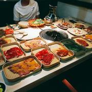 Quán view đẹp, đồ ăn cực vừa miệng, ăn lết không nổi luôn ))) mỗi tội quán nóng với nhân viên hơi chậm xíu bù lại lịch sự. 8/10