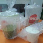 Bịch đá để riêng to đùng. Bên phải: Matcha Macchiato (M). Bên trái: Trà sữa Phô Mai Tươi (Jumbo).