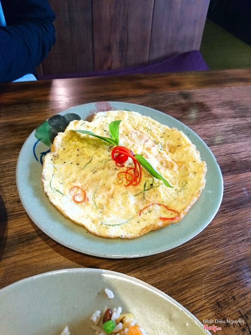 Trứng chiên lá chanh, nhạt lắm, nên xin thêm nước tương ăn kèm