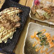 Bánh xèo Nhật bạch tuộc. Mì udon xào và sushi cuốn kiểu Cali