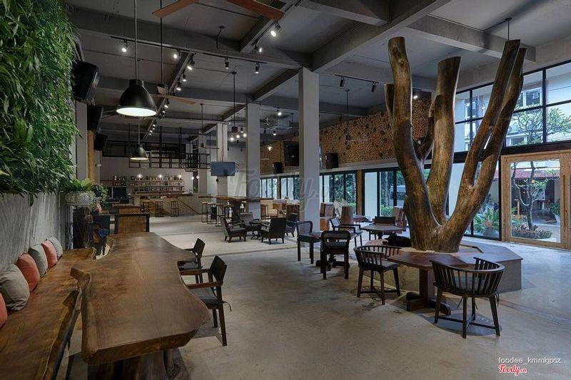 khu vực bar cafe có cả bàn bida phía bên trên bên trái