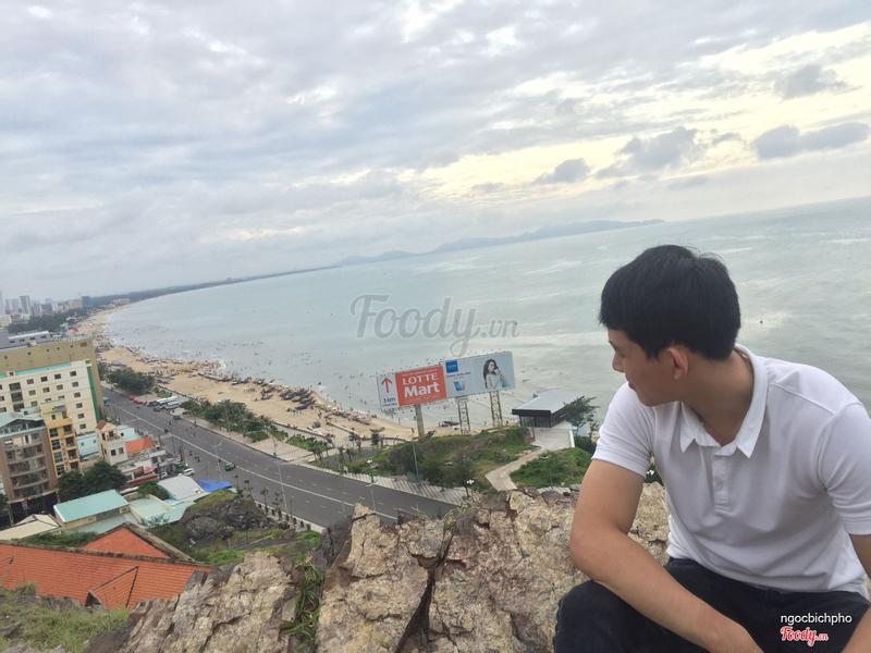 View đồi nhìn ra biển với tấm biển quảng cáo huyền thoại 🐔🐔