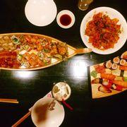 Thuyền maki đặc biệt, thịt heo xào kim chi và set sushi
