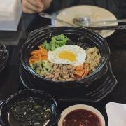 Cơm trộn Hantok ——————————–—— 💰59k Một ơ cơm khá to vừa cho 2 người ăn. Có nước sốt đi kèm ăn khá ngon, cơm dưới đáy để giòn hơn tí nữa thì ngon.