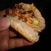 Kích thước xôi vừa ăn. Mỗi người có thể ăn từ 2 đến 3 miếng. Bánh đầy đủ chà bông và nhân thịt.