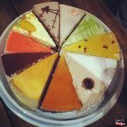 bánh đủ loại, mỗi loại 1 miếng cũng đủ tạo nên 1 chiếc bánh kem đủ màu sắc