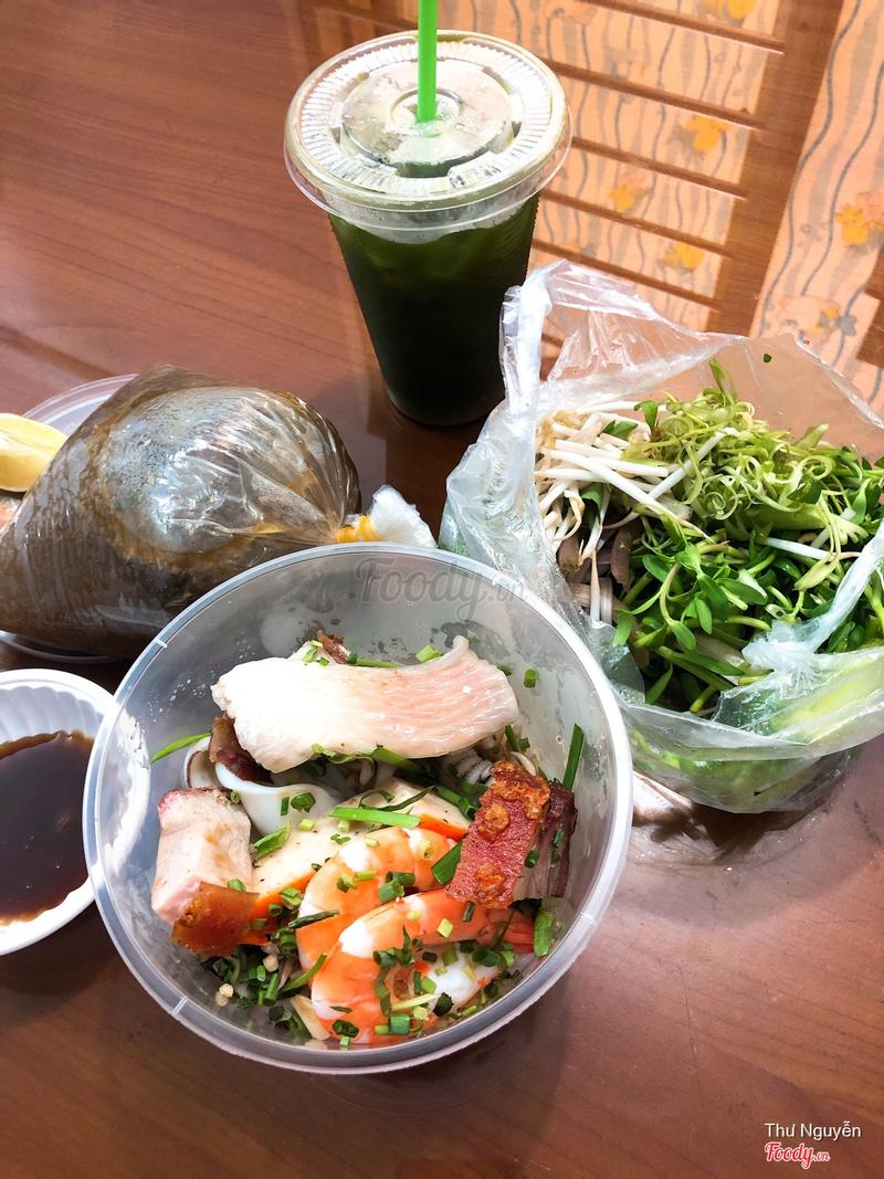 Bún và thịt thà tôm cá được để trong 1 cái hộp nhựa rất lớn, rau và nước lèo nhiều lắm, nước mắm me hơi ngọt nhưng ngon
