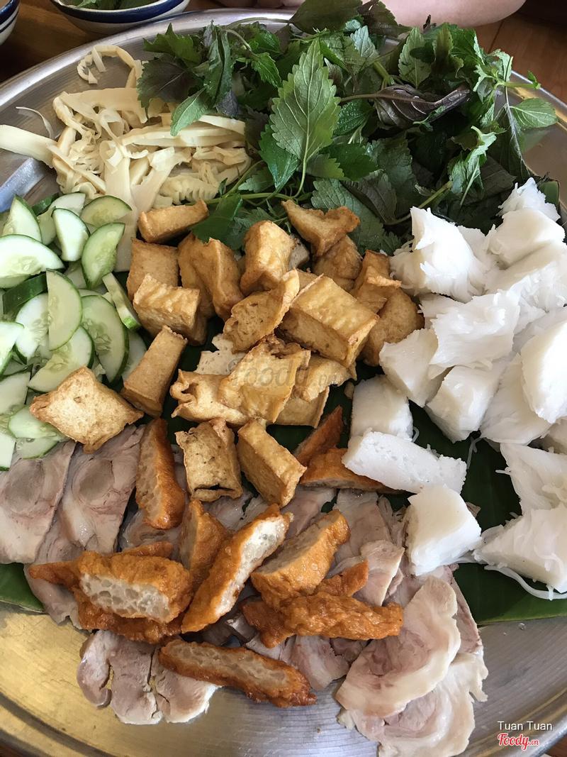 Đây là phần ăn 4 người trộn lại. Đậu hũ ngã sậm màu, nghi do chiên lại. Và khi ăn đúng là chiên lại và có cả vị+mùi chua.