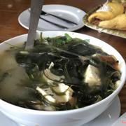 Canh rong biển, mình ăn thấy canh nấu hơi bị tạp, vì có cả rau dăm và mùi tàu cho vào.