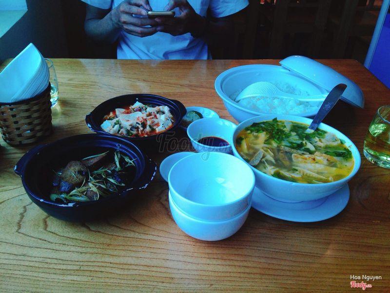 Bữa ăn gồm 1 đậu phụ tứ xuyên 1 cá kho 1 canh măng và cơm giá 110k