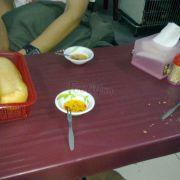 Chủ quán bưng nước mắm và bánh mì ra trước nà