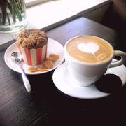 Một tách cappucino với món cupcake từ cà rốt tươi - vị lạ nhưng nhớ mãi