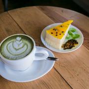 Matcha latte và bánh Pasion