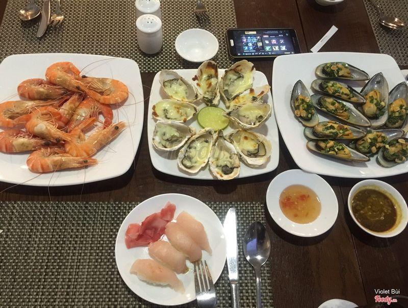 Các món hải sản sau khi lấy tại quầy tự chọn, yêu cầu đầu bếp chế biến theo ý mình