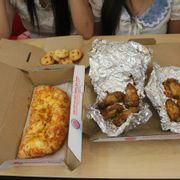 Bánh mì nướng phô mai, cánh gà BBQ, khoai tây mặt cười