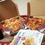 Các loại pizza sau khi mở hộp ra.