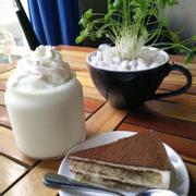 Smoothie Kiwi & Bánh Tiramisu