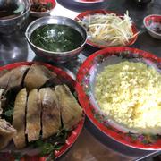 Ăn bình thường.... dc hơn những chỗ khác là gà chặt để dĩa... chỉ vậy thôi.