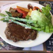 Bò ở đây siêu ngon, thịt bò mềm, ăn chung với sốt nấm..